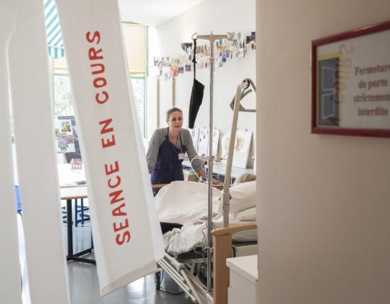 12 juin 2018 : Tous les mardi et jeudi après-midi, un atelier d'art thérapie est proposé aux patients. Unité de soins palliatifs à la maison Jeanne Garnier. Paris (75), France.