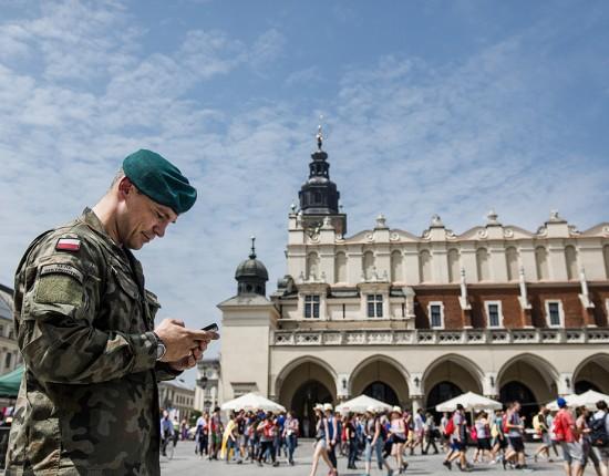 26 juillet 2016 : Dispositif de sécurité à Rynek au premier jour des JMJ à Cracovie, Pologne.