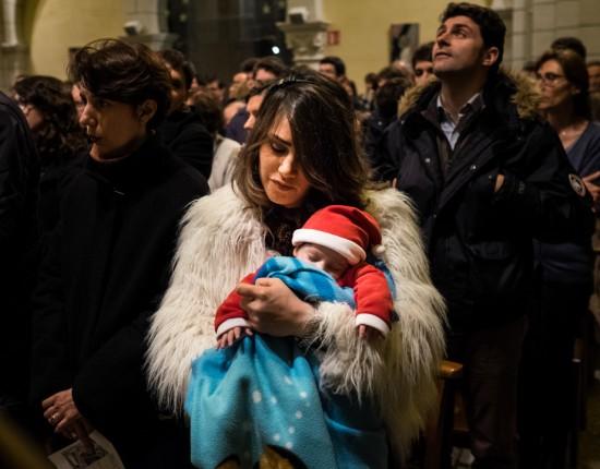 24 décembre 2015 : Wala HOODI porte son jeune fils William, né quelques semaines plus tôt pendant la messe de Noël célébrée en l'église Sainte Jeanne d'Arc. Rennes (35)