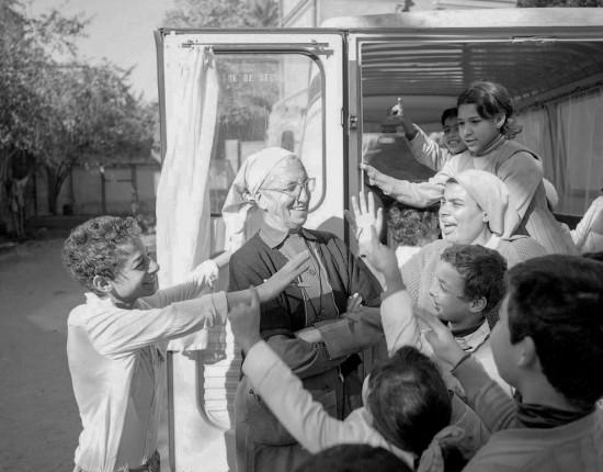 décembre 1986: Soeur Emmanuelle avec les enfants, Le Caire, Egypte.