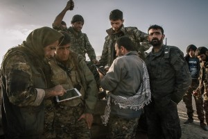 4 mars 2016 : Quelques-un des principaux commandant kurdes sont réunis afin d'organiser l'offensive qui aura lieu dans les prochaines heures. Ligne de front entre l'État islamique (DAESH) et l'armée démocratique syrienne. Rojava, Syrie. March 4, 2016: Some of the main Kurdish commanders are reunited in order to organise the offensive of the coming hours. They are using talkie-walkies as the network in the area has been cut. Frontline between IS and the Syrian democratic army. Rojava, Syria.