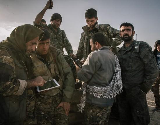 4 mars 2016 : Quelques-un des principaux commandant kurdes sont réunis afin d'organiser l'offensive qui aura lieu dans les prochaines heures. Ligne de front entre l'État islamique (DAESH) et l'armée démocratique syrienne. Rojava, Syrie.  March 4, 2016: Some of the main Kurdish commanders are reunited in order to organise the offensive of the coming hours. They are using talkie-walkies as the network in the area has been cut. Frontline between IS and the Syrian democratic army. Rojava, Syria.