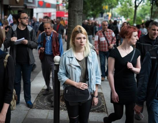 28 juin 2016 : En marge de la manifestation syndicale contre la loi Travail, une étudiante cherche à participer aux actions des autonomes. Paris (75), France.