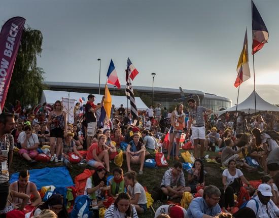 """27 juillet 2016 : Rassemblement des jeunes français à """"Krakow Beach"""", lors des Journées Mondiales de la Jeunesse. Cracovie. Pologne."""