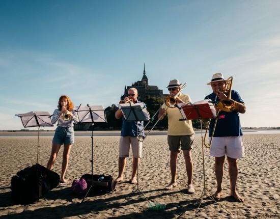 23 septembre 2017 : Musiciens lors de la traversée de la baie du Mont Saint Michel en musique dans le cadre du festival Via Aeterna. Le Mont Saint Michel (50), France.