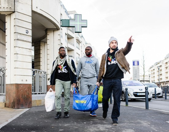 12 Décembre 2015 : Patrick, Gaylord et Matthieu, bénévoles à l'association UNITED préparent la maraude du samedi à Cergy. Lors de ces maraudes, ils proposent un café, un plat chaud, des dons alimentaires récoltés lors de collectes dans les supermarchés. Cergy (95), France.                                                              December 12th, 2015 : Volunteer marauding to help homeless people. Cergy (95), France.