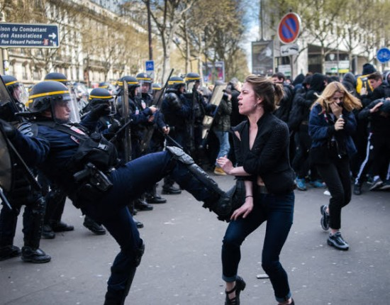 14 avril 2016 : des manifestations se sont tenues dans Paris dans la journée pour protester contre la loi Travail. Un premier cortège de lycéens et d'étudiants a quitté la place de la république à 11h et a rejoint en début d'après midi un autre cortège de syndicalistes à Stalingrad. De nombreux heurts ont eu lieu tout au long de la journée. Cette jeune femme était cliente d'un restaurant quand elle a été atteinte par du gas lacrymogène. Elle est venue se plaindre de manière véhémente, un policier l'a alors frappée. Paris, France. (photo iconique ayant fait le buzz sur les réseaux sociaux)