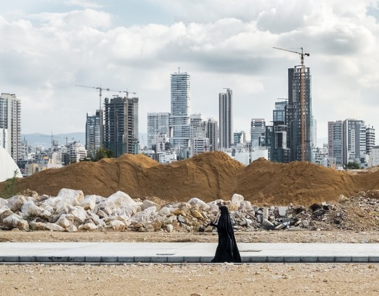 1er janvier 2017 : Une femme se promène dans le quartier du Central District à Beyrouth, où de nombreux immeubles sont en construction. Beyrouth, Liban.    January 1st, 2017: A woman walks in the Central District neighbourhood in Beirut, where modern buildings are being constructed. Beirout, Lebanon.